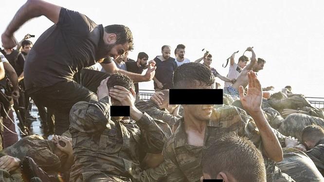 Binh sỹ Thổ Nhĩ Kỳ bị đánh đập sau đảo chính bất thành.