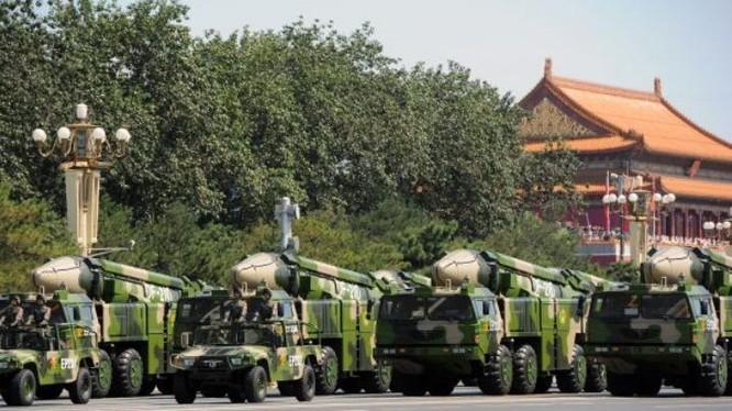 Tên lửa đạn đạo chống hạm Đông Phong-21D được Trung Quốc khoe trong Lễ duyệt binh ngày 3/9/2015. Ảnh: Tin tức Tham khảo, Trung Quốc.