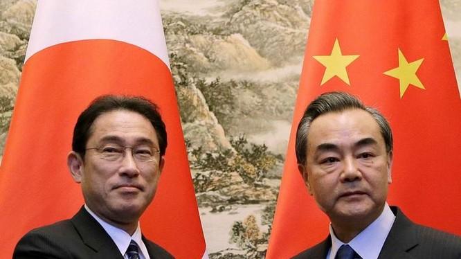Ngày 25/7/2016, Ngoại trưởng Nhật Bản Fumio Kishida có cuộc hội đàm với người đồng cấp Trung Quốc, Vương Nghị. Ảnh: Đa Chiều.