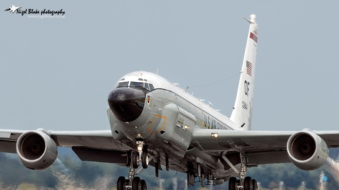 Máy bay RC-135V.