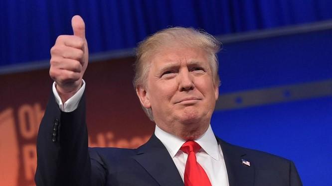 Lần đầu tiên Donald Trump vượt lên trước so Hillary Clinton.