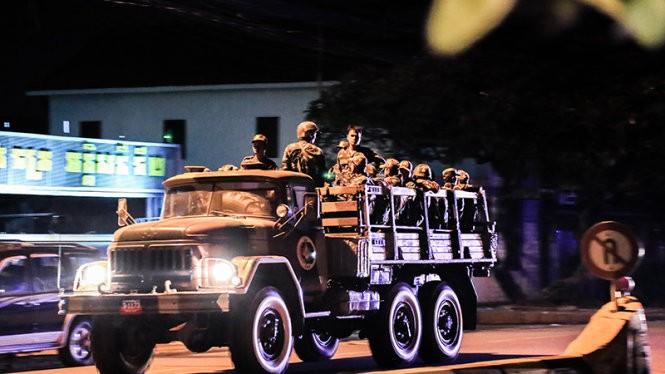 Xe chở binh sĩ quân đội Campuchia hướng về trụ sở đảng CNRP ở thủ đô Phnom Penh tối 12-9 - Ảnh: C.D