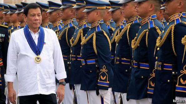 Tổng thống Rodrigo Duterte đang khuấy nhiễu thế cờ tại Biển Đông - báo Pháp bình luận.