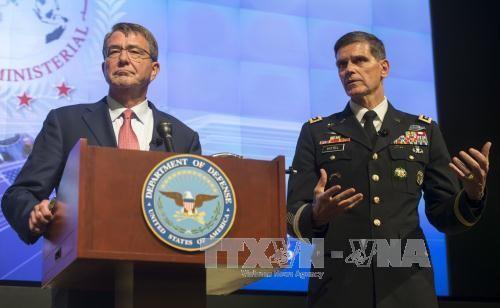 Bộ trưởng Quốc phòng Mỹ Ashton Carter (trái) trong cuộc họp báo tại cuộc họp các Bộ trưởng Quốc phòng về chiến dịch trên bộ của liên quân chống IS, tại căn cứ quân sự ở Maryland ngày 20/7. Ảnh: AFP/TTXVN.