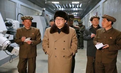 Nhà lãnh đạo Kim Jong-un đến thăm khu công nghiệp Ryongsong hôm 2/4. (Nguồn: KCNA).