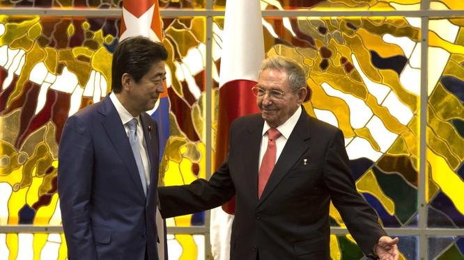 Thủ tướng Nhật Bản Shinzo Abe và Chủ tịch Cuba Raul Castro.