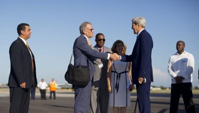 Ông Jeffrey DeLaurentis chào đón Ngoại trưởng Mỹ John Kerry đến Havana tháng 8/2015 (Nguồn: AP).