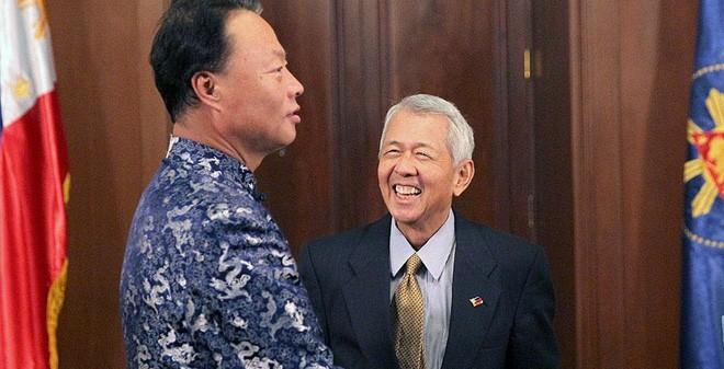 Ông Triệu Giám Hoa và quan chức Philippines (ảnh tư liệu)