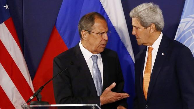 Ngoại trưởng Mỹ John Kerry và người đồng cấp Nga trong một cuộc gặp gỡ (ảnh tư liệu Sputnik)