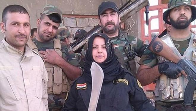 """""""Bà nội trợ"""" Wahida Mohamed Al-Jumaily đứng bên các chiến binh dưới quyền. (Nguồn: Independent)."""