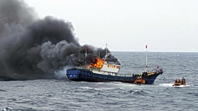 Tàu cá Trung Quốc cháy sau khi cảnh sát biển Hàn Quốc xông lên kiểm tra chiều 29.9.2016 trên vùng biển gần đảo Hong (Hàn Quốc).
