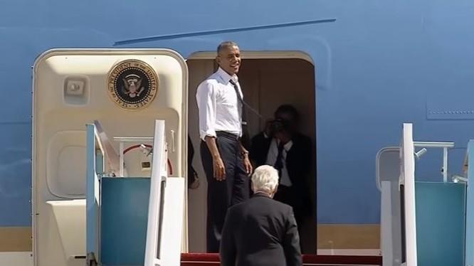 """Ông Obama cho cựu Tổng thống Bill Clinton """"quá giang"""" về nhà trên Air Force One."""