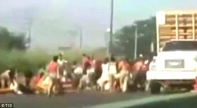 Khủng hoảng kinh tế, dân Venezuela chặn xe tải cướp gà.