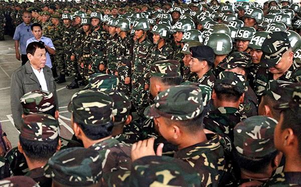 Philippines tuyên bố có thể chẳng cần đến viện trợ quân sự Mỹ. (ảnh ông Duterte và quân đội Philippines)