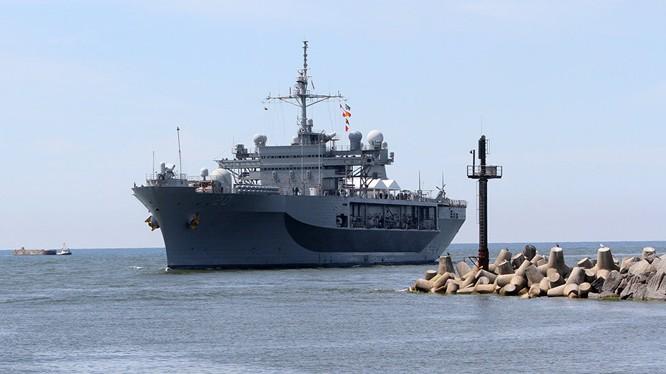 Tàu Hải quân Nga theo dõi kỳ hạm Hạm đội 6 Mỹ ở Biển Đen.