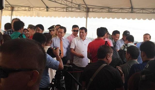 Tổng thống Philippines Rodrigo Duterte đích thân đến chào từ biệt ngư dân Việt Nam.