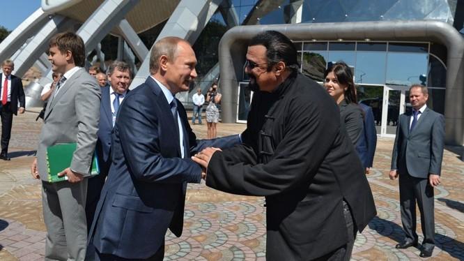 Tổng thống Nga Putin đã ký lệnh cấp quốc tịch Nga cho diễn viên Mỹ Steven Seagal (ảnh minh họa)
