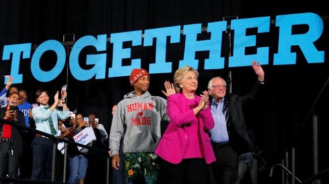 Thượng nghị sỹ Bernie Sanders và bà Hillary Clinton song hành trong các buổi vận động cuối cùng.
