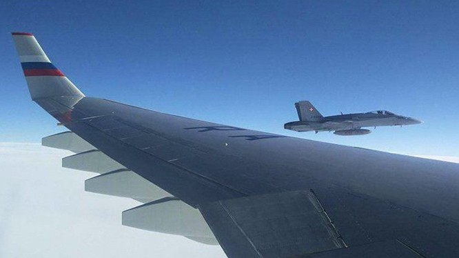 Máy bay chiến đấu F/A-18 đã bay gần máy bay Nga trong 7bphút trên không phận Thụy Sĩ.