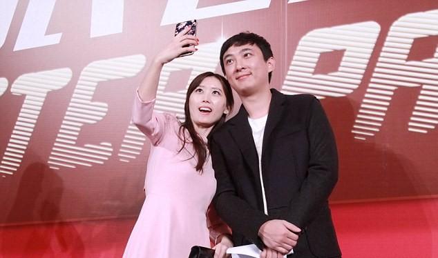 Vương Tư Thông chụp ảnh cùng các fan hâm mộ.