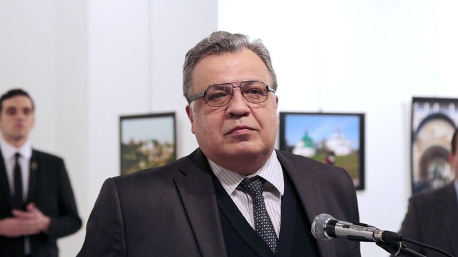 Các thời điểm này vài giây, đại sứ Andrei Karlov vẫn còn đứng đó, tên sát thủ lặng lẽ quan sát ông từ phía sau và đã hành động ngay khi ông vừa dừng phát biểu. (ảnh AP)
