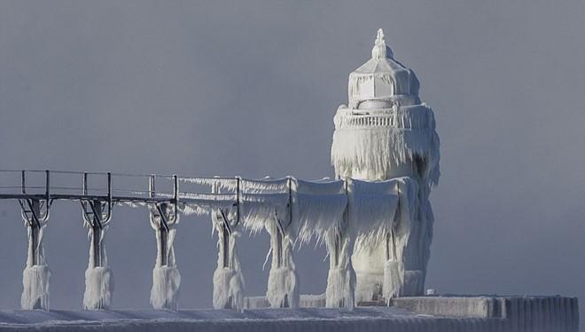 Ngọn hải đăng ở hồ Michigan, một trong Ngũ Hồ ở Bắc Mỹ, biến thành lâu đài băng. Ảnh: AP.