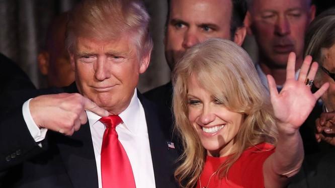 Bà Kellyanne Conway và ông Trump.