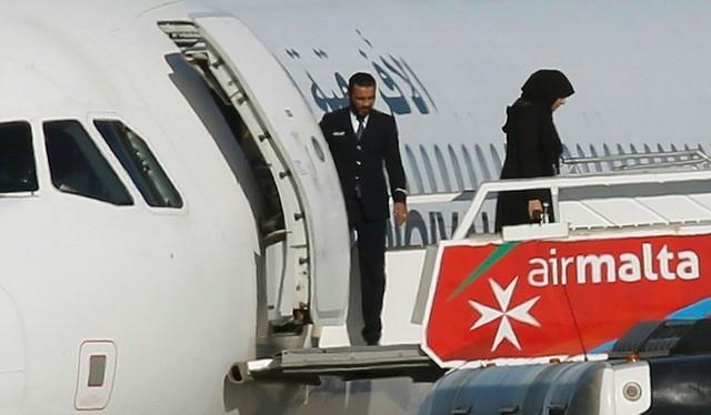 Những hành khách đầu tiên bước xuống từ chiếc Airbus A320. Ảnh: Reuters.
