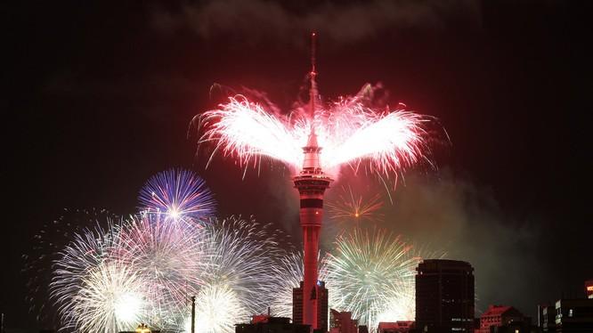 Pháo hoa đón chào năm mới 2017 ở bắn từ tháp Sky Tower ở New Zealand