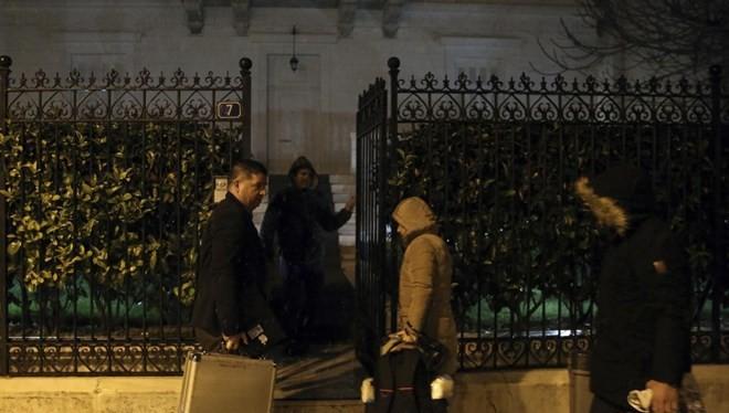 Cảnh sát điều tra hiện trường vụ việc. (Nguồn: AP).