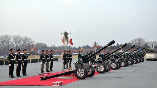 Nghi lễ của Bộ đội Vũ cảnh Trung Quốc trước giờ bắn đại bác. (Ảnh: Vĩnh Hà/Vietnam+)