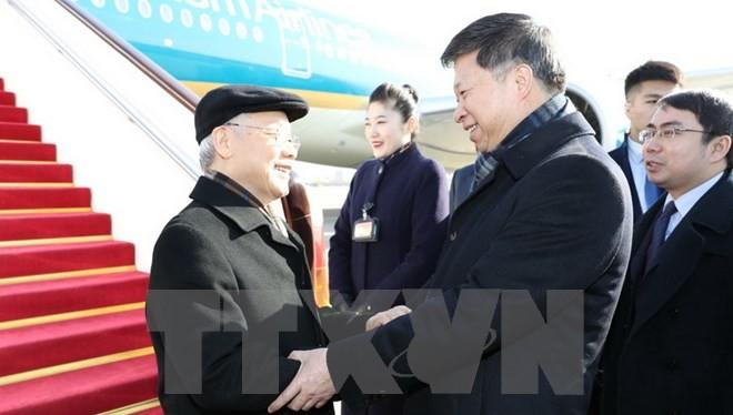 Trưởng Ban Liên lạc Đối ngoại Trung ương Tống Đào , Đại sứ Trung Quốc Hồng Tiểu Dũng đón Tổng Bí thư Nguyễn Phú Trọng tại Sân bay Quốc tế Bắc Kinh. (Ảnh: Trí Dũng/TTXVN).