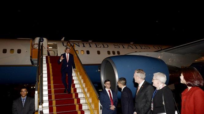 Đêm 12/1, Ngoại trưởng Mỹ John Kerry đã đặt chân đến sân bay Nội Bài, bắt đầu chuyến thăm chính thức Việt Nam. Đây là chuyến thăm Việt Nam lần thứ 3 và cũng là cuối cùng của ông Kerry trên cương vị Ngoại trưởng Mỹ. Ảnh: Facebook Đại sứ Ted Osius