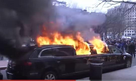 Người biểu tình đốt xe sang Limousine ngày ông Donald Trump nhậm chức