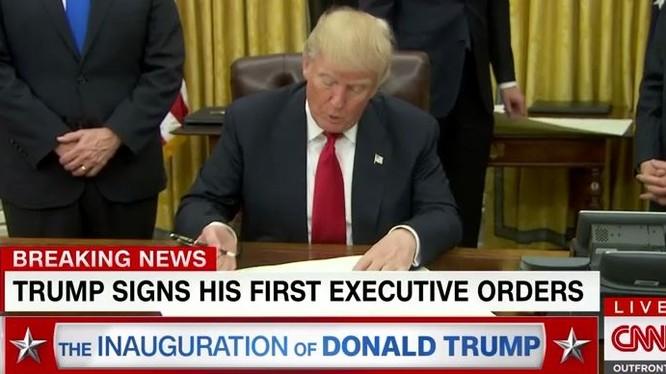 Ông Donald Trump ký lệnh xét lại chương trình Obamacare.