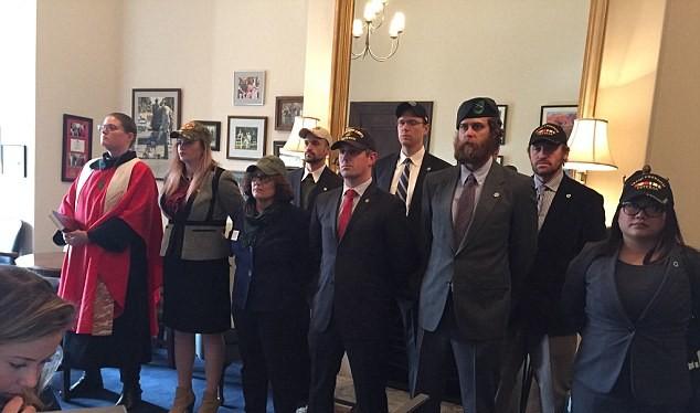 Các cựu binh Mỹ tràn vào phòng ông McCain để phản đối bổ nhiệm ông Tillerson