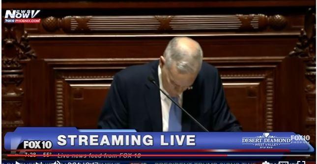Thống đốc Mỹ Mark Dayton ngã gục khi đang đọc diễn văn