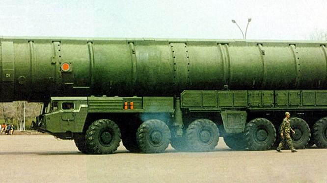 Nhà báo quân sự Nga: Trung Quốc không tình cờ kéo tên lửa tới biên giới phía Đông