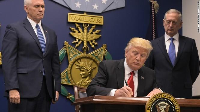 Tổng chưởng lý ở 16 bang của Hoa Kỳ phản đối lệnh cấm của ông Trump. (ảnh minh họa, ông Trump ở Bộ Quốc phòng Mỹ)