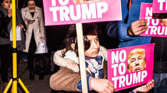 Biểu tình ở London phản đối chuyến thăm của ông Trump.