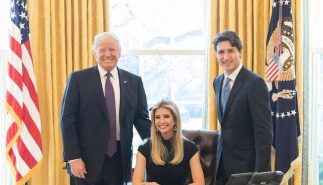 Ivanka ngồi trên chiếc ghế dành tổng thống trong phòng Bầu dục, bên cạnh là ông Trump và Thủ tướng Canada Justin Trudeau. Ảnh: TWITTER