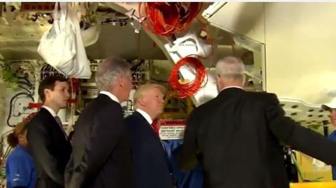 Ông Trump đến thăm nhà máy sản xuất máy bay của Boeing