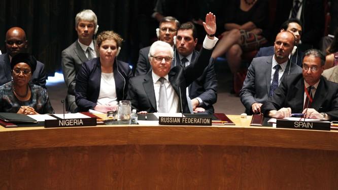 Đại sứ thường trực Nga tại LHQ Vitaly Churkin (ảnh giữa) lúc còn sống.