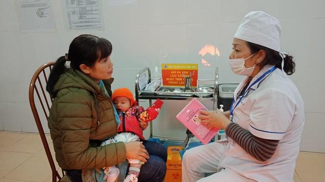 Tiêm vaccine ComBE Five cho trẻ
