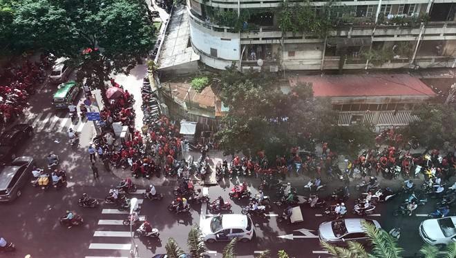 Các tài xế Go-Viet biểu tình ở trụ sở công ty tại ngã tư Nguyễn Đình Chiểu - Trương Định (Q3, TP. HCM). Nguồn: Thanh niên