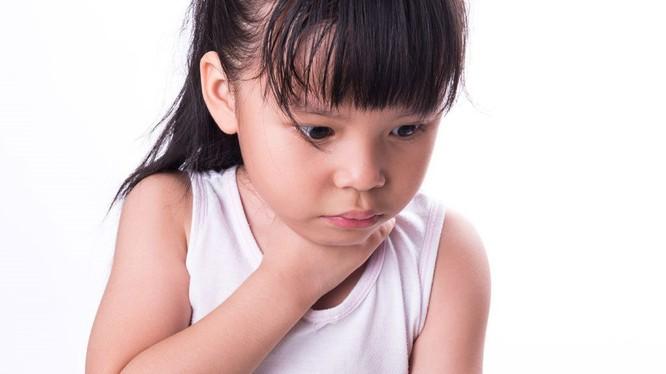 Bé gái 4 tuổi nuốt pin vào bụng. Ảnh minh họa: Internet