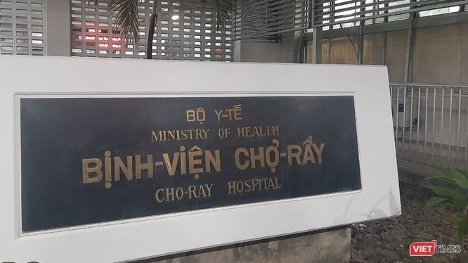 Bác sĩ Trưởng khoa Bệnh Nhiệt đới BV Chợ Rẫy hướng dẫn cách súc miệng đúng, phòng chống và ngăn phát tán COVID-19. Ảnh: N.T