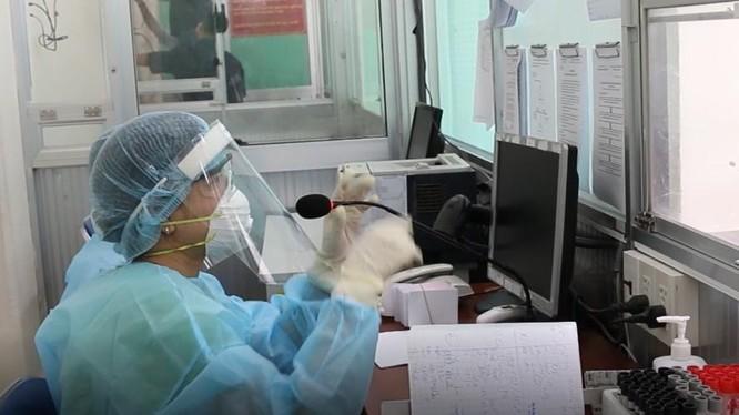Nhân viên y tế dùng nón chắn giọt bắn khi làm nhiệm vụ. Ảnh: BVCR