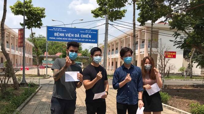 Hơn 2 tuần điều trị, 4 bệnh nhân ở BV Dã chiến Củ Chi được xuất viện. Ảnh: BVCC