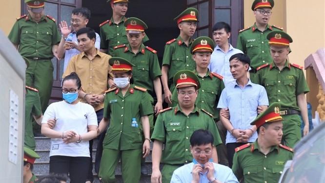 Các bị cáo trong vụ án gian lận điểm thi ở Hòa Bình. Ảnh: Pháp Luật TP.HCM